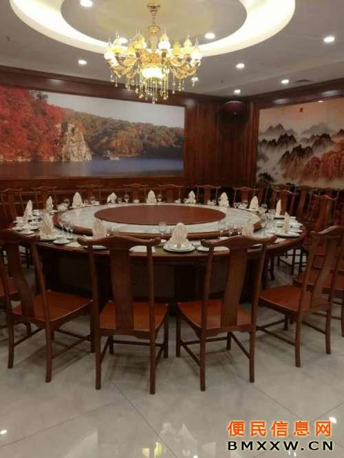 一楼泰山厅可同时容纳25人用餐,内设ktv点歌机
